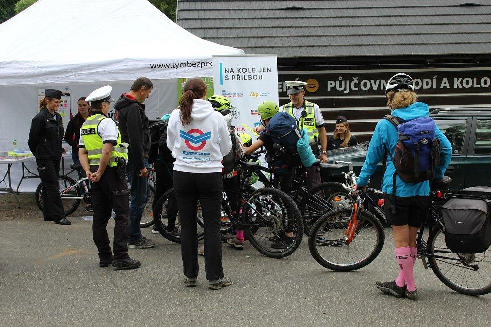 Policie kontrolovala cyklisty na cyklostezce Greenway Jizera.