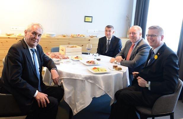 Liberecké jednání ukulatého stolu svolané panem prezidentem bylo před chvílí zahájeno!