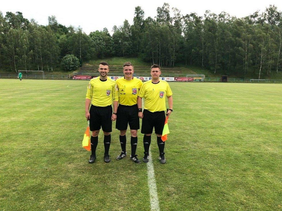 Rozhodčí Marek Bohuš (uprostřed).