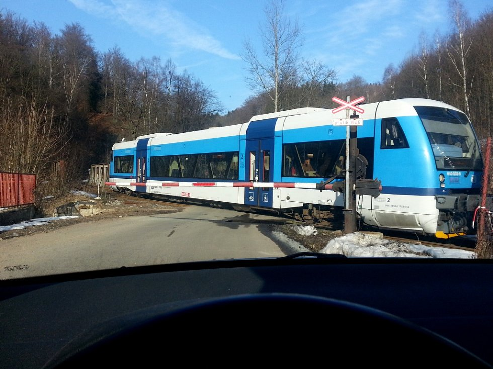 Ilustrační. Železnice. Osobní vlak. Železniční přejezd. Doprava.