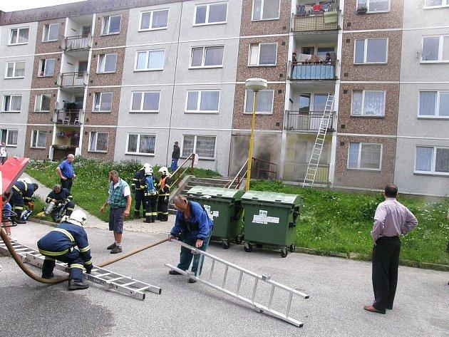 Několik lidí evakuovali hasiči pomocí automobilového žebříku a další se podařilo vyvést po schodišti. Jednoho obyvatele panelového domu museli profesionálové vynést ven na nosítkách.