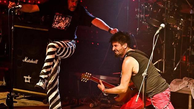 JAN HAUBERT a MICHAL PIXA z kapely Visací zámek na libereckém koncertu v Domě kultury v roce 2009.