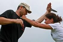 ZAKROČIT RYCHLE A TVRDĚ. I člověk, který patří do nižší váhové kategorie a není ozbrojen, může zlikvidovat silnějšího útočníka. Na kempu se ale lidé i naučí, jak konfliktu zabránit.