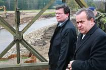 Ve Vísce již stojí provizorní most, který tam postavila armáda. Na jeho dostavbu přijela i delegace s ministrem obrany Vondrou, hejtmanem Eichlerem či náčelníkem generálního štábu Vlastimilem Pickem.