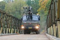 Rozjetá Tatra provedla brzdnou zátěžovou zkoušku mostu.