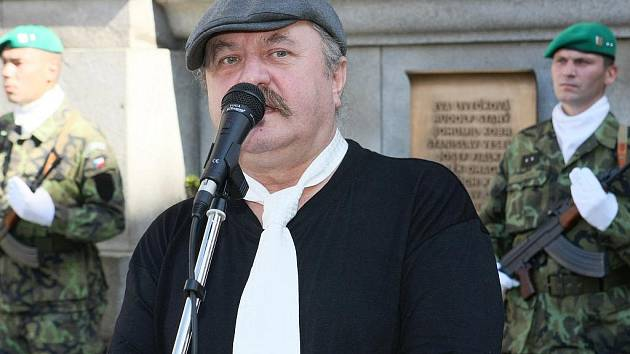 AUTOR NÁPADU. Miroslav Bernard, kterého v srpnu 1968 na třech místech postřelili okupanti, nechyběl na pietní akci ani minulou neděli. Je jedním z těch, kteří se zasadili o pomníček obětem před radnicí.