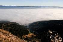 NA LIBERECKU VLÁDNE INVERZE. Špatné rozptylové podmínky trápí už několik dní také Liberecký kraj. V samotném Liberci včera překročily prachové částice v ovzduší povolené limity až dvojnásobně.