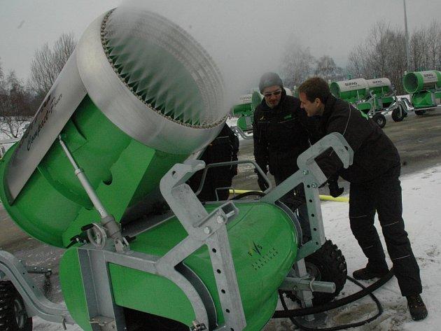 SNĚŽNÁ DĚLA. Naplno jedou sněžná děla také v běžeckém areálu ve Vesci.