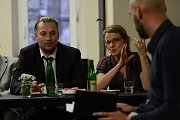 Ve čtvrtek 21.9.2017 jsme posadili politiky do mikrobusu a odvezli za voliči v následující sestavě: Petr Beitl (ODS), Jiří Bláha (ANO), Jana Hnyková (Realisté), Václav Horáček (TOP 09), Ondřej Kolek (Piráti), Stanislav Mackovík (KSČM), Michaela Marksová (