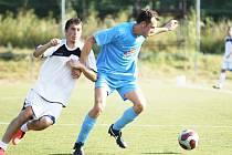 Duel Stráž n. N. Nová Ves 4:2. K míči blíže má Jansta ze Vsi, za ním je střelec penalty Tomáš Oberreiter.