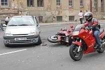 Nehoda osobního automobilu a motorkáře.