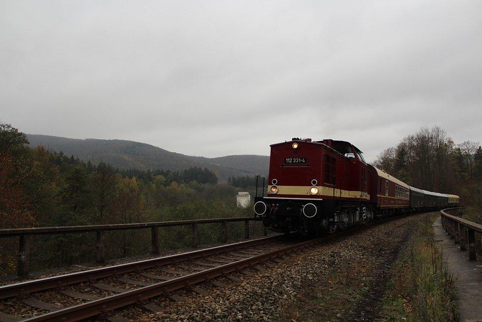O víkendu 2.-3. listopadu 2019 proběhly na trati z Liberce do Žitavy oslavy 160 let trati. Na snímku zvláštní historický vlak u zastávky Machnín.