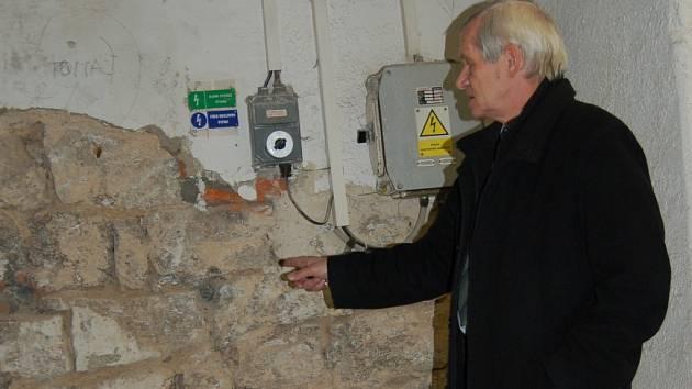 VSTUPNÍ BRÁNA PRO IMOLBINÍ LIDI. Jaroslav Čech ukázal místo, kde ústí výtah do Radničního sklípku.
