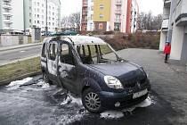 K požáru osobního vozu značky Renault Kangoo došlo během výjezdu z garáže. Řidička zpozorovala kouř valící se z přední části a poté vůz začal hořet.