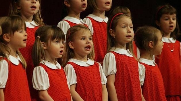 ZAHÁJILI NEJMENŠÍ ZPĚVÁCI. Koncert Severáčku zahájili nejmenší zpěváčci.