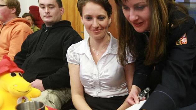 """JARMILA ŠIMŮNKOVÁ ZE SVĚTLÉ POD JEŠTĚDEM (uprostřed) """"ulovila"""" číslo 112 na světelné tabuli na úřadě. Porota její snímek vyhodnotila jako nejlepší."""