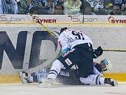 Druhé čtvrtfinálové utkání libereckých Bílých Tygrů (v bílém) proti HC Škoda Plzeň. Na snímku domácí Lukáš Vantuch