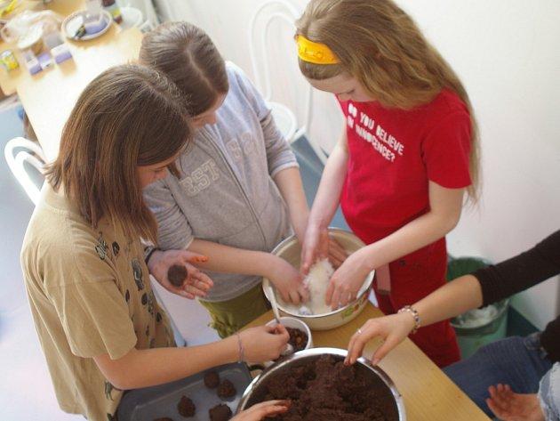 Děti ze Základní školy Harcov při přípravách.