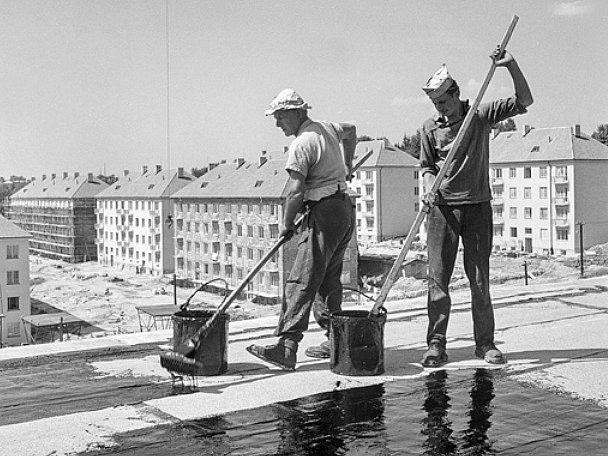 NOVÉ PANELOVÉ DOMY si vyžádaly i nové technologie, jako je například izolace rovných střech. Zde při výstavbě sídliště Králův Háj, které patří mezi jedno z nejzdařilejších sídlišť u nás.