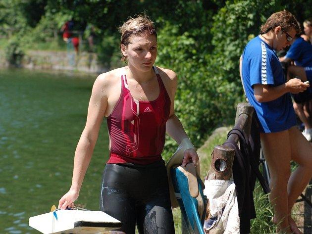 Z VODY VYLÉZÁ OLGA. Ukrajinská potápěčka Olga Andrejevskaja hledala v kalné vodě  pět bodů.
