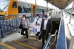 Zástupci politických stran a hnutí míří k vlaku na libereckém nádraží