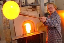 Práci s renovovanou pecí si vyzkoušela  Zuzana Drbohlavová.