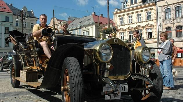 Karel Martinovský s chotí za volantem vozu značky RAF ze soukromé sbírky.