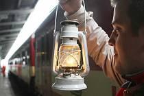 BETLÉMSKÉ SVĚTLO PŘIJELO VLAKEM. Betlémské světlo přivezli skauti rychlíkem z Pardubic v sobotu 19. prosince na liberecké vlakové nádraží, stejně jako vloni. Tam na ně čekalo asi deset lidí.