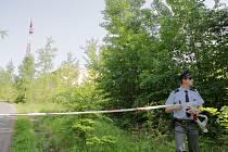 Kolem poledního bylo nalezeno tělo mladého muže, visící na stožáru u vodárny v Lidových sadech v Liberci. Na místo dorazili Hasiči s plošinou a lezeckou výbavou, kriminální skupina techniků PČR.