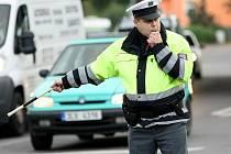 Stát uprostřed hučícího provozu chce pevné nervy. Řidiči nemívají s ručními pokyny zkušenosti a občas reagují nesprávně.
