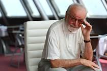 ARCHITEKT A JEHO DÍLO. Letos dvaaosmdesátiletý architekt Otakar Binar si na Ještědu prohlédl repliku původního koženého křesla. Do salonku se jich má vrátit ještě 17.