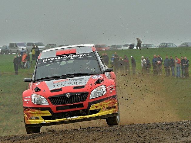 RALLY LUŽICKÉ HORY. Pro vítězství si na mokrých tratích doklouzal Tomáš Kostka. Ten jako první v České republice představil Ford Fiesta WRC, který běžně startuje ve světovém šampionátu.