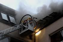 Požáru bytu v pátém nadzemním podlaží domu v liberecké ulici Boženy Němcové 16. října 2013.