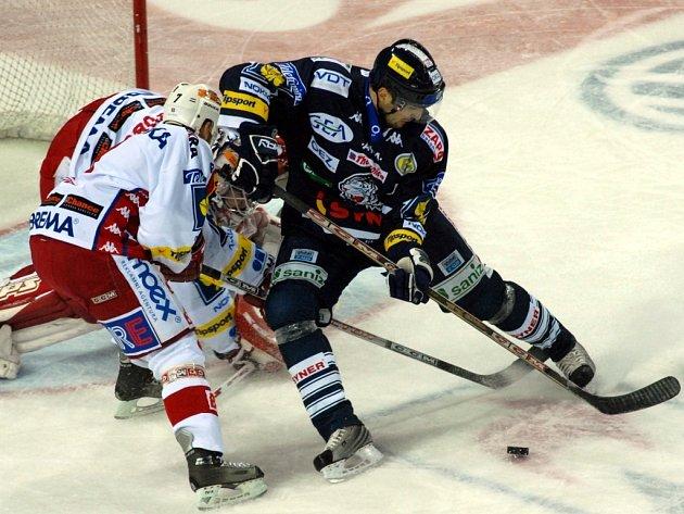 PARÁDA. Bílí Tygři nasázeli Pražanům ve třetí části čtyři góly.