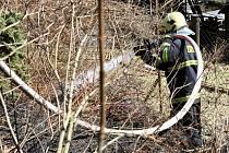 JEDEN Z TYPICKÝCH ZÁSAHŮ PŘI PÁLENÍ KLESTÍ. Vloni na jaře  v Rudolfově od hořícího listí na pozemku chataře proskočil oheň do lesa. Profesionální hasiči požár zlikvidovali v jeho počátku.