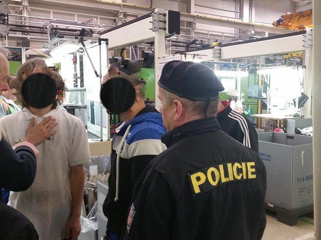 Policisté kontrolovali nelegální zaměstnávání a pobyt cizinců v jablonecké firmě na zpracování plastů a výroby autodílů.