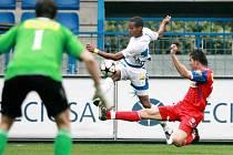 Když budou kanonýři Slovanu Liberec pálit tak vehemetně, jako Gebre Selassie (v bílém dresu) v zatím posledním domácím utkání proti Brnu, jistě se liberecký klub zvedne v tabulce.
