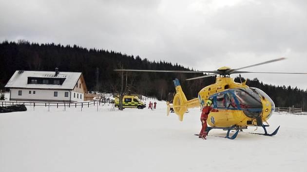 Zraněného běžkaře převážel do krajské nemocnice vrtulník Letecké záchranné služby