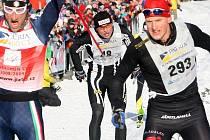 DRAMA V CÍLI. Dojezd nejlepších závodníků byl v loňském hlavním závodu velmi těsný. Na snímku finišuje vlevo Ital Cattaneo, který už ví, že předjel Švéda Ahrlina (č. 293). Řezáč (48) je třetí.