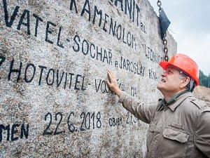 Pracovníci kamenolomu a specializované firmy vytahovali 18. července pomocí jeřábu téměř 73 tunový žulový kvádr. Monolit o objemu 27,5 metrů krychlových bude sloužit jako materiál pro sochaře Jaroslava Rónu (na snímku).