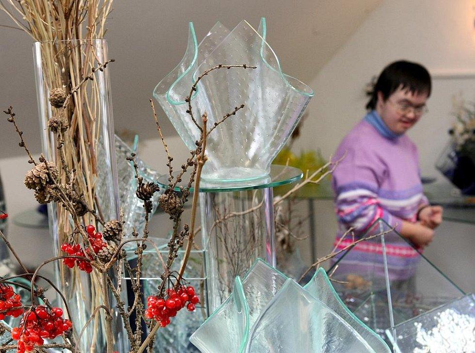 Sklárna Spider Glas v Heřmanicích pořádá ve svém ateliéru adventní trhy. Na návštěvníky tady čekají unikátní sklářské výrobky, foukání ozdob, vánoční motivy z vizovického těsta manželů Quirenzových a občerstvení v takřka domácím prostředí.