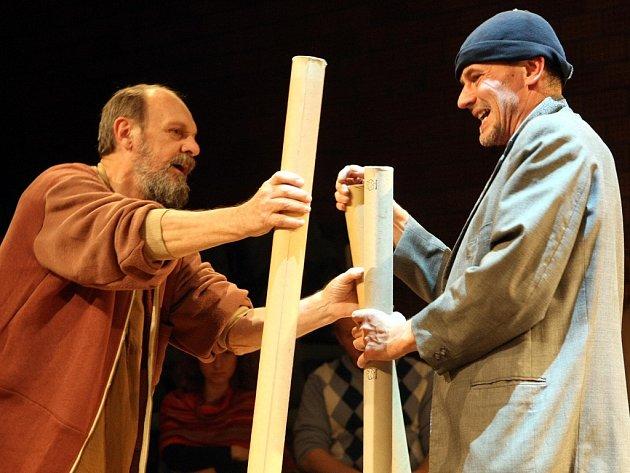 V nové inscenaci Svatý komediant František hrají jen dva herci, Václav Helšus a Marek Sýkora.