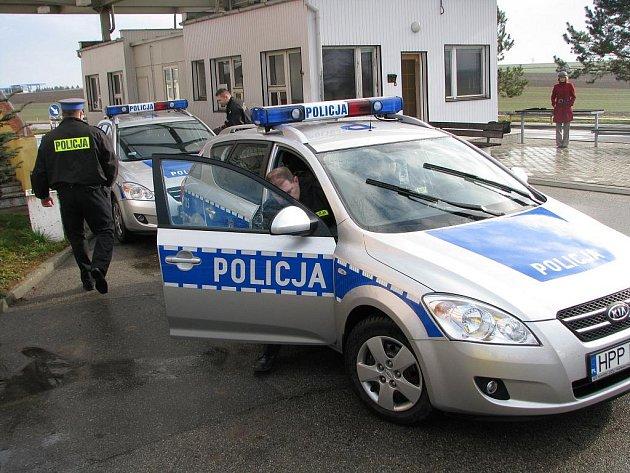 Polský policista chtěl zastavit modrý Ford Escort, ten nereagoval a začal ujíždět. Strhla se honička, při které oba vozy přejely hranice a ujížděly na Hrádek nad Nisou.