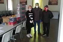 Díky z Bulovky míří i za vietnamskou komunitou. Provozovatelé tamních obchodů přivezli dar pro složky IZS.