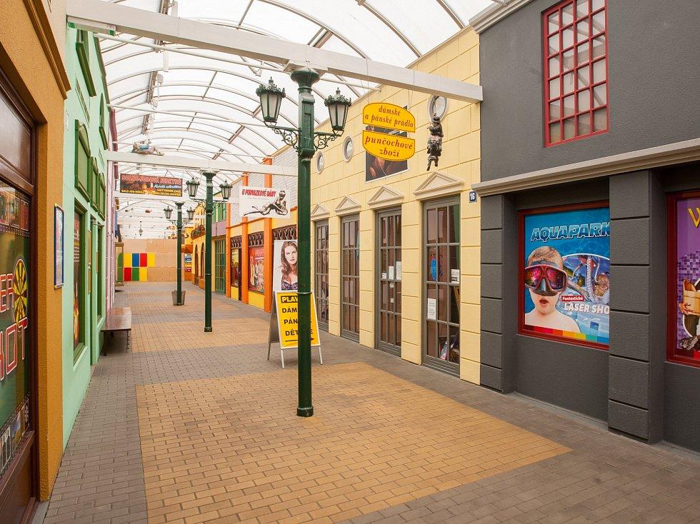 Opuštěné nákupní centrum Babylonské městečko v zábavním centru Babylon v Liberci dne 16. května 2017