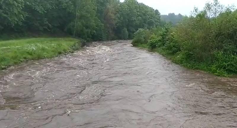 Řeka Smědá v obci Víska.