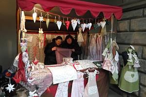 Hana Pěničková (vpravo) se věnuje šití zástěr a ubrusů. Spolu s kamarádkou objíždějí pravidelně různé trhy a jarmarky.