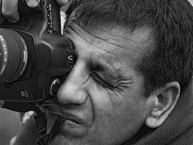 Syrský fotograf Ibrahim al Sulajman, portrét z výstavy Tady jsem doma