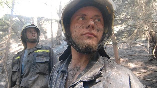 POČASÍ SE NA POČTU VÝJEZDŮ PODEPSALO. S požárem,  příčinou kterého bylo dlouhodobé sucho, bojovali v polovině srpna hasiči například v Tuhani na Českolipsku.
