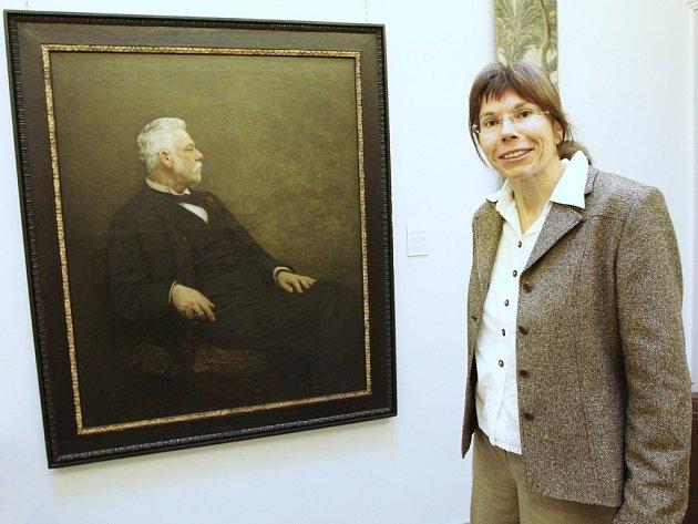 Odborná pracovnice liberecké Oblastní galerie Zuzana Štěpanovičová nejenže zájemce provede oMuzejní noci novou stálou expozicí Zrcadlo vzpomínek, ale ještě lidem popovídá spoustu zajímavostí ktéto výstavě.